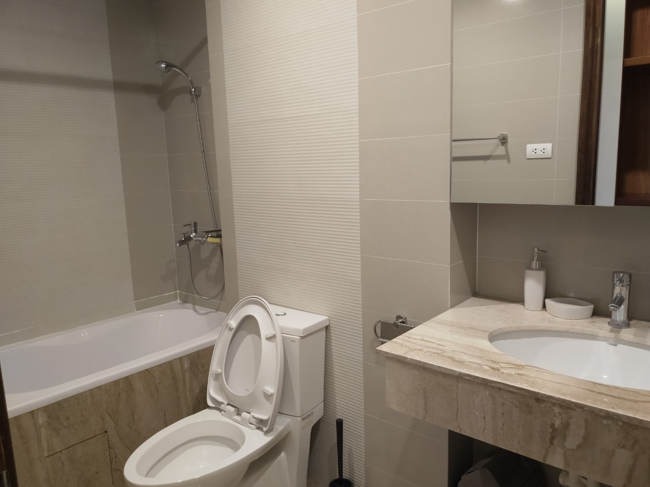 Bright and City view 2 bedroom apartment for rent in Watermark, Xuan Dieu street,Tay Ho district 9